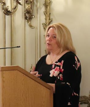 Kelly Rose, wife of Dr. Wes Rose, speaks at the event.